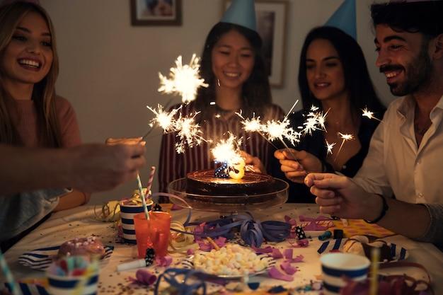 Przyjaciele z sparklers na przyjęcie urodzinowe
