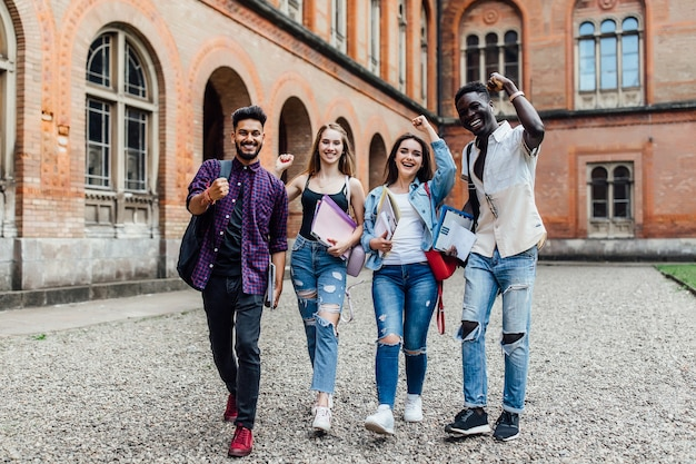 Przyjaciele z uśmiechem szczęśliwych emocji na uniwersytecie