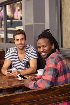 Przyjaciele za pomocą smartfonów