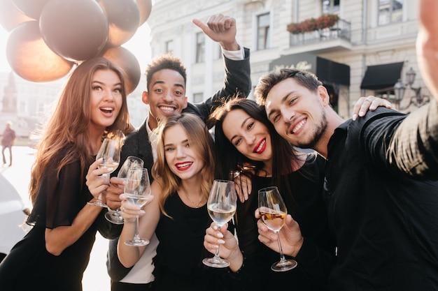 Przyjaciele, zabawy i picie szampana na świeżym powietrzu