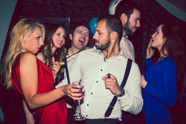 Przyjaciele zabawy na imprezie nocnej