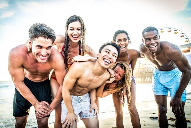 Przyjaciele zabawy na plaży