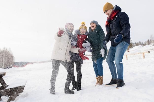Przyjaciele zabawy na śniegu