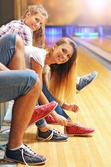 Przyjaciele zakładają buty do kręgli