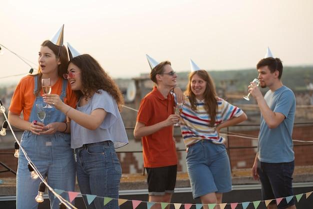 Przyjaciele ze średnim strzałem świętujący w kapeluszach