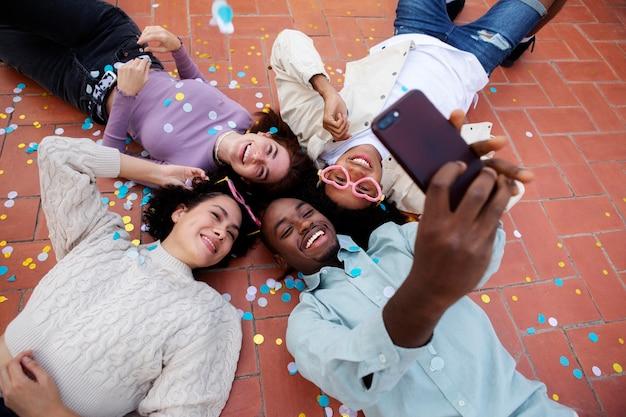 Przyjaciele ze średnim ujęciem robiący selfie