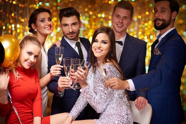 Przyjaciele zebrali się, aby świętować przyjęcie noworoczne
