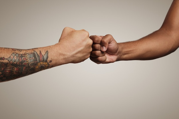Przyjaciele zrobić fist bump z bliska na białym tle