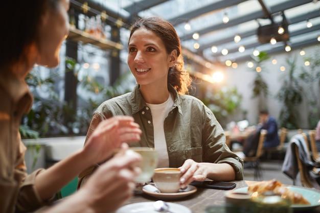 Przyjaciółki, ciesząc się obiad w kawiarni