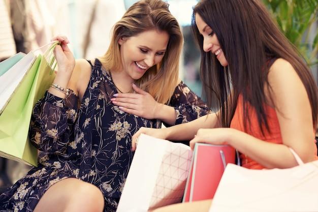 Przyjaciółki robiące zakupy w sklepie