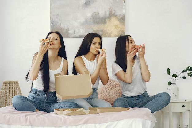Przyjaciółki urządzają imprezę w piżamie w domu