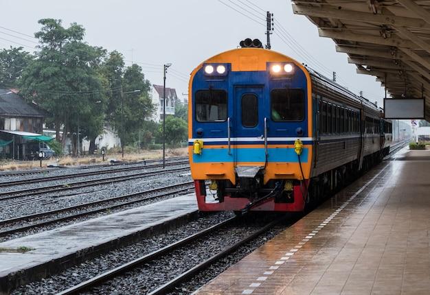 Przyjazd do diesla z jednostką specjalną specjalnego pociągu ekspresowego.