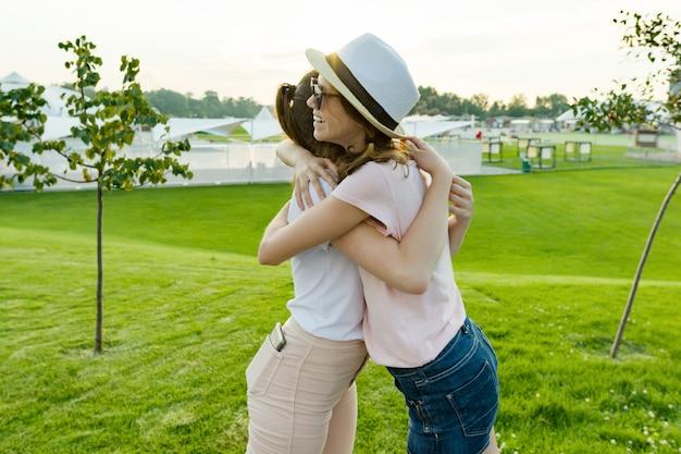 Przyjaźń dwóch nastoletnich dziewcząt, najlepszych dziewczyn, dobrze się bawi