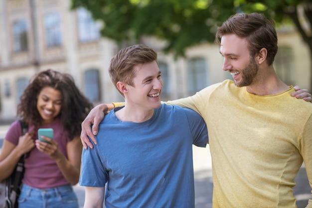 Przyjaźń dwoje przyjaciół spędzających razem czas i cieszących się czasem