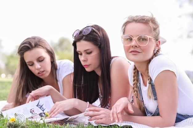 Przyjaźń. kobiety w parku w ciągu dnia