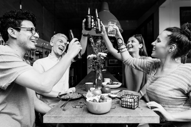 Przyjaźń, razem, impreza, picie, okrzyki, koncepcja