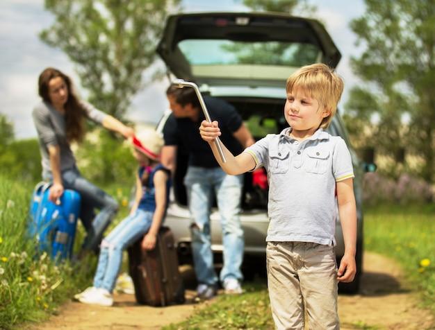 Przyjazna dla zabawy rodzina jest na pikniku. awaria samochodu.
