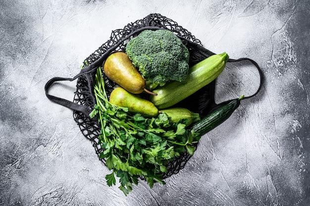 Przyjazna eko torba wielokrotnego użytku z zielonymi warzywami.