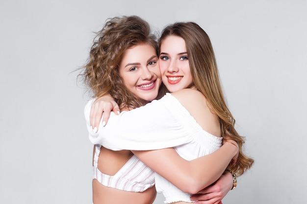 Przyjazna koncepcja! dwie przytulające się kobiety!