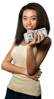 Przyjazna młoda kobieta trzymająca zwitek pieniędzy - na białym tle
