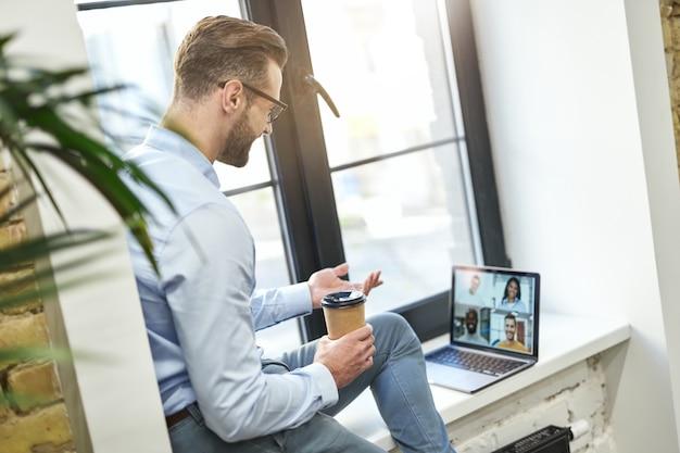 Przyjazna rozmowa online ze współpracownikami w wygodnym miejscu
