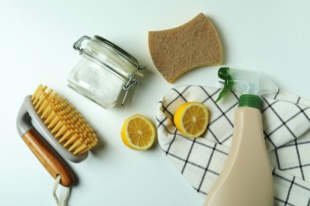 Przyjazne dla środowiska narzędzia do czyszczenia na na białym tle
