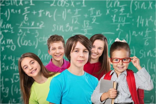 Przyjazne dzieci w wieku szkolnym studiujące koncepcję na tle