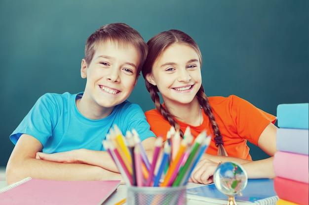 Przyjazne dzieci w wieku szkolnym w szkole na tle