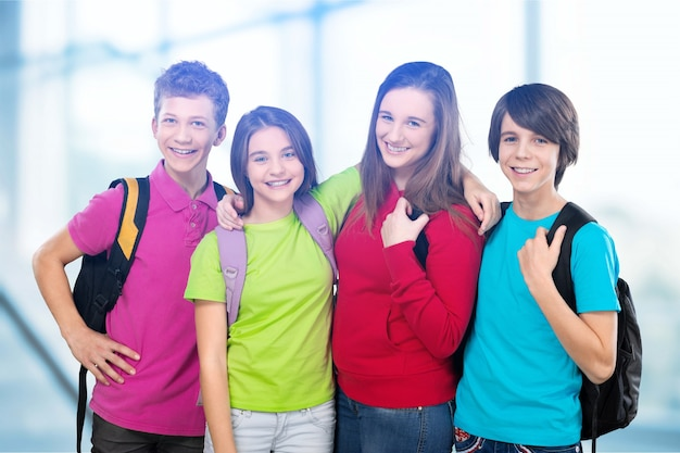 Przyjazne dzieci w wieku szkolnym z koncepcją plecaków