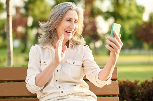 Przyjazne kobiety na czacie przez rozmowę wideo