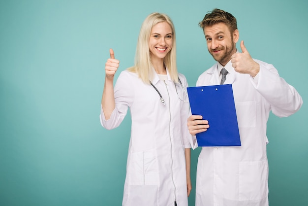 Przyjazni lekarze płci męskiej i żeńskiej. szczęśliwy zespół medyczny lekarzy. kciuk w górę