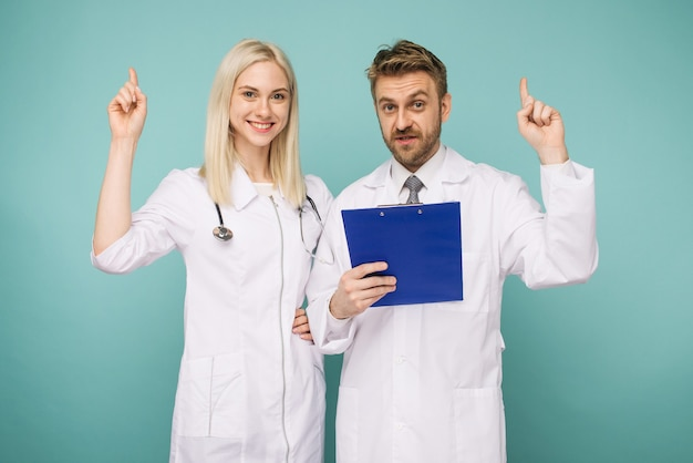 Przyjazni lekarze płci męskiej i żeńskiej. szczęśliwy zespół medyczny lekarzy. - wizerunek