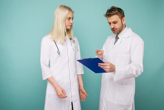 Przyjazni lekarze płci męskiej i żeńskiej. szczęśliwy zespół medyczny lekarzy.