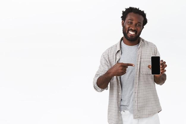 Przyjazny afro-amerykański przystojny facet w kraciastej koszuli