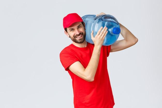 Przyjazny kurier w czerwonym mundurze przyniesie butelkowaną wodę na ramię do biura lub domu, uśmiechając się wesoło