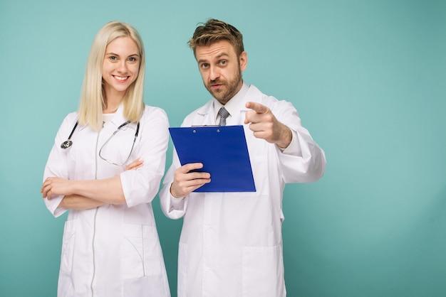 Przyjazny lekarz płci męskiej i żeńskiej. szczęśliwy zespół medyczny lekarzy.