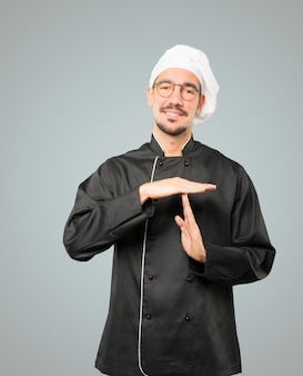 Przyjazny, młody szef kuchni, wykonując gest rękoma