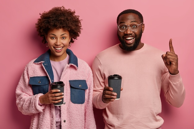 Przyjazny wygląd kobiety i brodaty mężczyzna mają przerwę na kawę