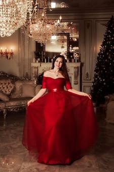 Przyjęcie gwiazdkowe scena, kobieta w wspaniałej czerwieni sukni, modny pojęcie