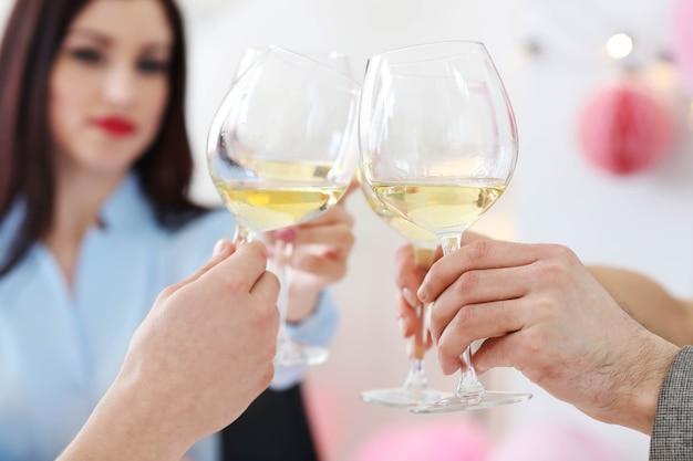 Przyjęcie. picie wina w domu