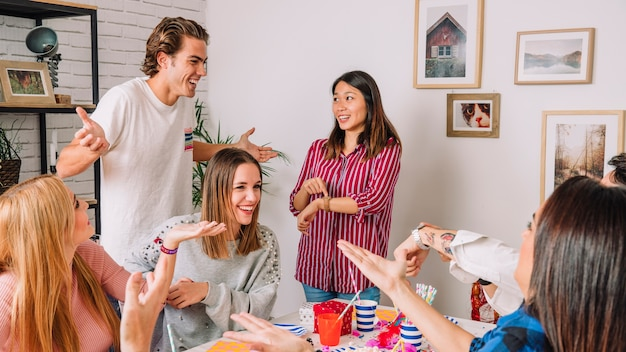 Przyjęcie urodzinowe koncepcja z przyjaciółmi