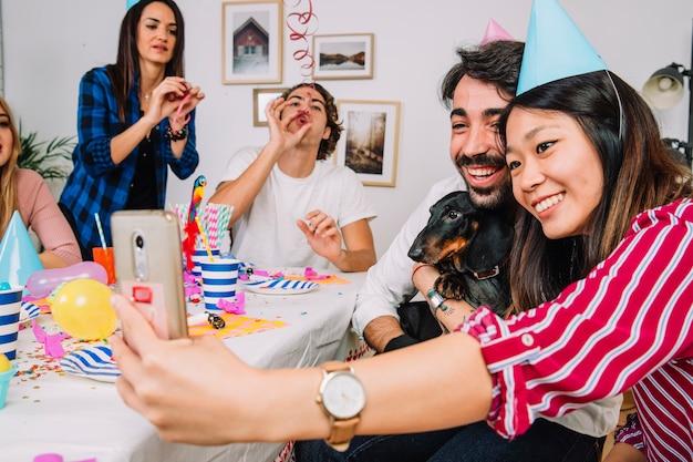 Przyjęcie urodzinowe pojęcie z psem