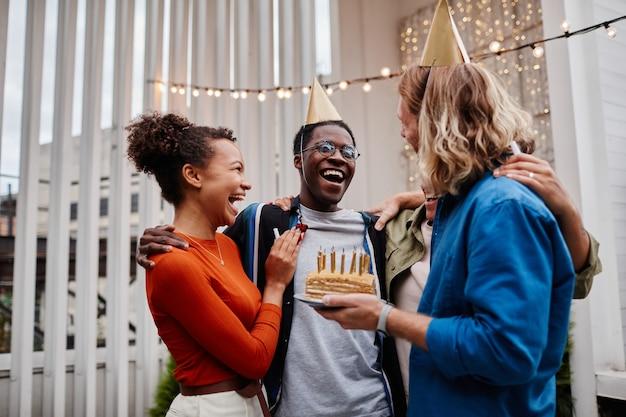 Przyjęcie urodzinowe przyjaciół na świeżym powietrzu