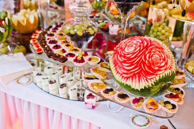 Przyjęcie weselne. stół z owocami i słodyczami