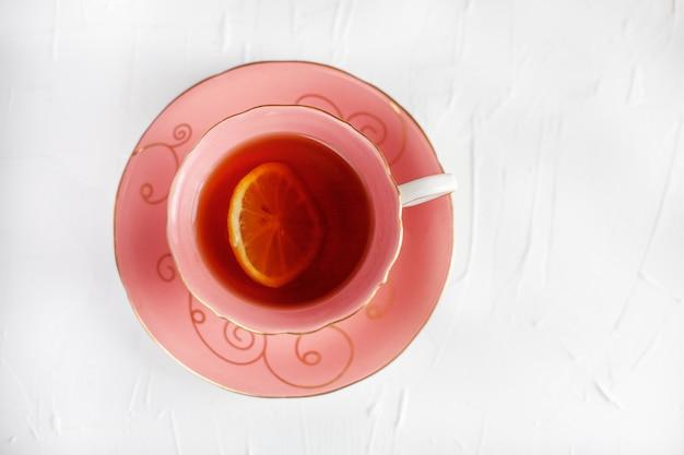 Przyjemna filiżanka herbaty i spodek. pojęcie napojów i żywności.