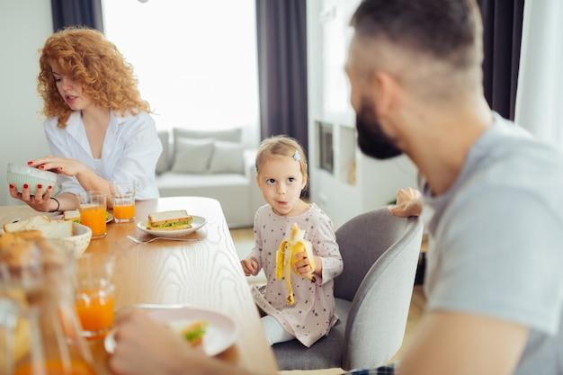 Przyjemna miła dziewczyna je smacznego banana