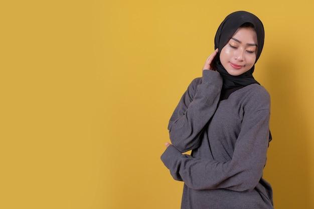 Przyjemna młoda dama ubrana w szarą koszulkę i czarny welon