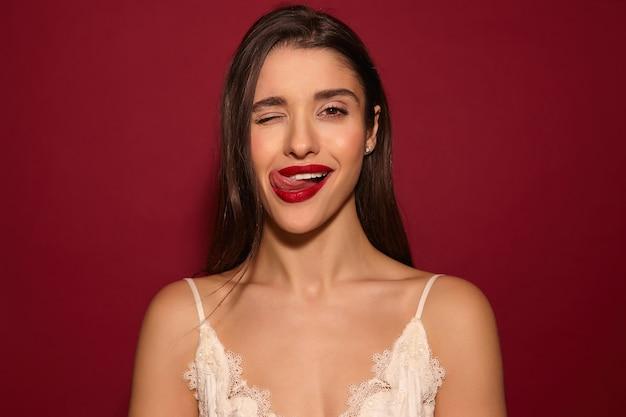 Przyjemnie Wyglądająca Młoda, Bardzo Zadowolona, Długowłosa Brunetka Dama Z Czerwonymi Ustami Darmowe Zdjęcia
