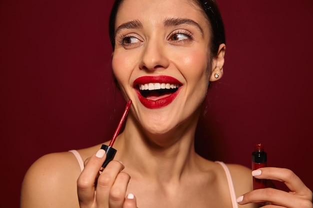 Przyjemnie wyglądająca młoda, bardzo zadowolona, długowłosa brunetka dama z czerwonymi ustami