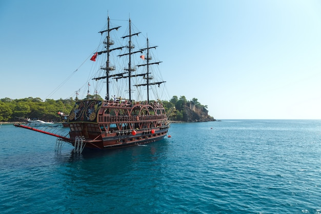 Przyjemność piracki statek turystyczny na morzu śródziemnym